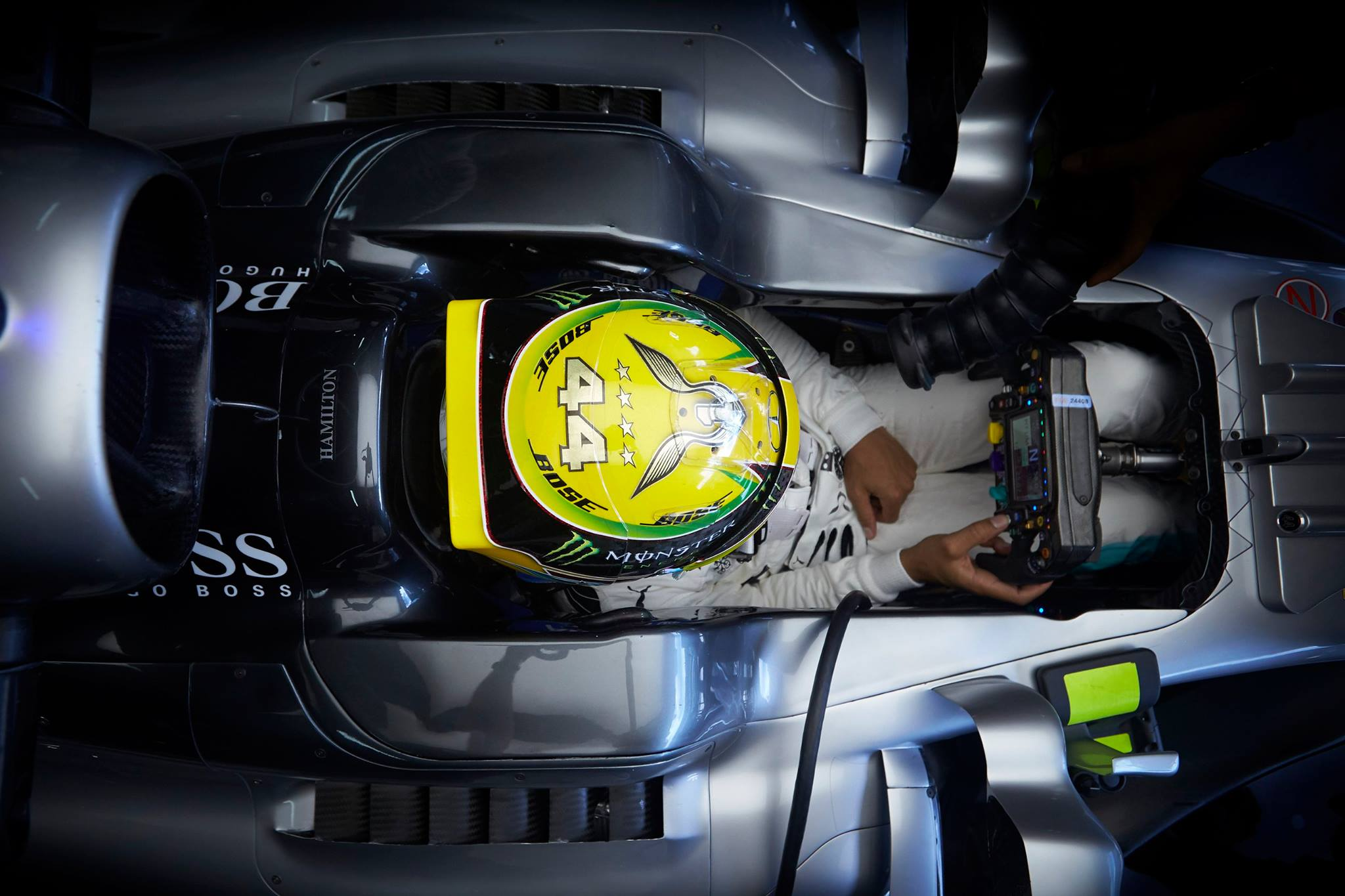 Mercedes lidera el Viernes, pero sufre con las Gomas