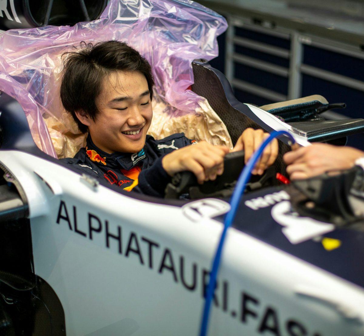 Yuki Tsunoda prepara su asiento en AlphaTauri para la prueba en Imola