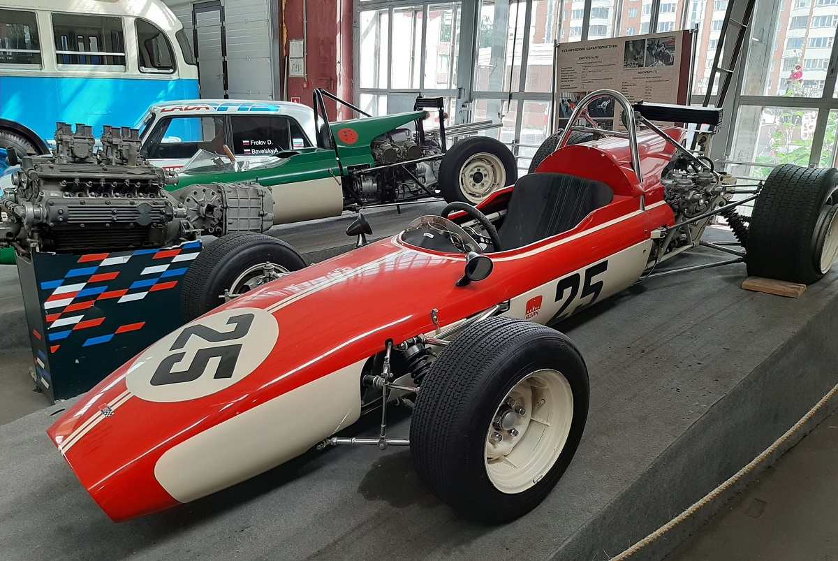 Un Moskvich G5 en el Museo del Transporte de Moscú. A su lado el Motor GD-1 de 1.5 litros.