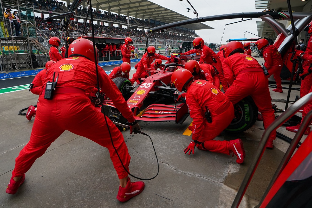 Otro pit stop lento de Ferrari que casi tira por la borda todo el esfuerzo de Sainz. (